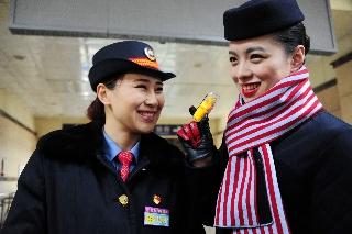 通过体验交流,铁姐们也了解了空姐的工作,原来空姐的职业不仅有光环,也充满了艰辛 (摄影:姜静)
