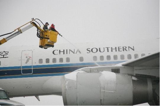雪姑娘飘然到郑州 南航河南分公司签派战大雪