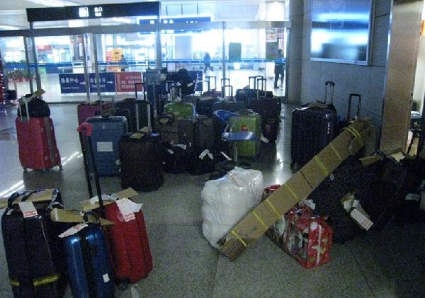 民航资源网2014年2月14日消息:1月15日,MU5020航班(新加坡武汉青岛),因新家坡限载原因,34件行李未装机。航班经停武汉,又因行李传送带故障,23件行李未装机,同时MU2517(武汉青岛)航班也有17件行李未装机,这就意味着MU5020航班和MU2517航班到达青岛后国际到达少收34件行李,国内到达少收40件行李。 迅速反应积极应对   在得知这一消息后,东航山东分公司地服部青岛客运行李查询三组迅速反应,积极应对,将人员分成三组,分别负责国内晚到行李、国际晚到行李以及正常航班行李。行查