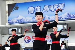 """,东航甘肃分公司空中及地面服务人员在兰州中川机场候机楼上演了主题为""""客舱安全演示""""快闪舞蹈 (摄影:姜静)"""