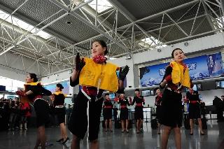 ,她们用优美婀娜的舞姿为旅客普及了客舱安全知识 (摄影:姜静)