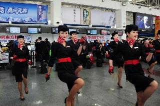 一群身着东航制服的靓丽倩影出现在旅客面前,引起大家驻足围观 (摄影:姜静)