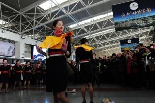 为旅客们演示了安全带、氧气面罩、救生衣使用方法等客舱安全知识 (摄影:姜静)