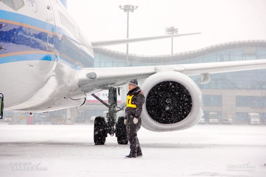 一线特写:25小时持续降雪,机场八度关闭