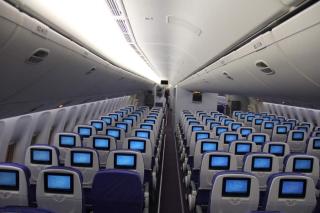 色播777_南航首架777-300er高端经济舱采用2-4-2布局