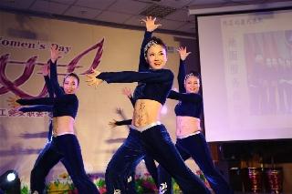 南航新疆举办女职工健美操大赛 (摄影:冯明远)