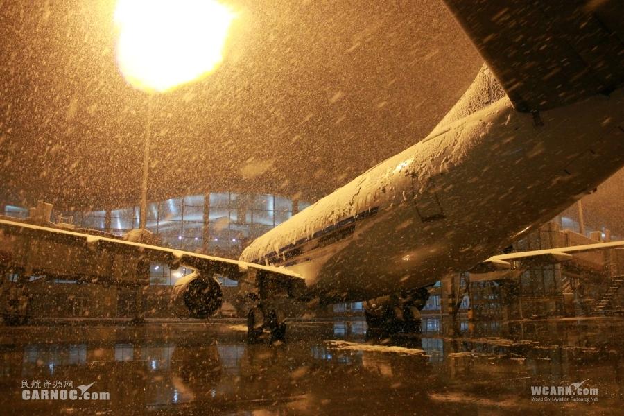 乌鲁木齐机场降大雪.摄影:张思维