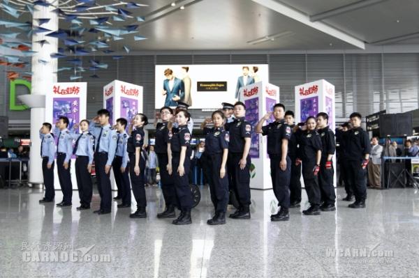 图片 上海机场百名青年玩快闪:服务也可以这么