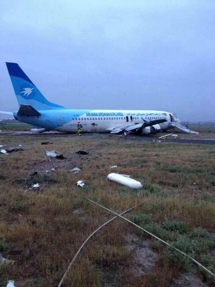 阿富汗航班冲出跑道起落架全部坍塌 幸无伤亡