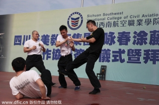 Tu Tengyao, the head of the martial arts association, demonstrates Ving Tsun techniques to the future flight attendants at the college on Monday. [Photo/IC]