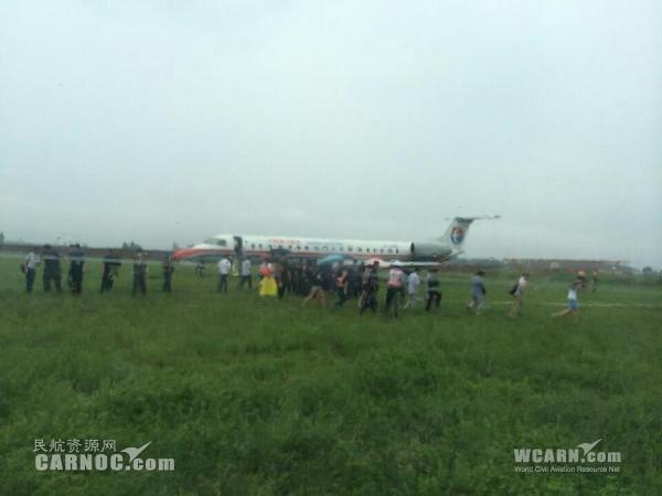 东航确认一架客机雨中滑出跑道 人机安全