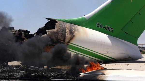 火箭弹击中利比亚首都机场 飞机塔台惨遭摧毁