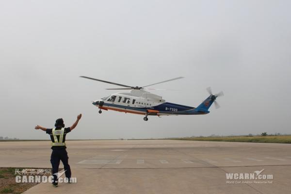 民航资源网2014年7月19日消息:演练是检验工作人员应急反应能力重要手段,是检验员工在紧急状态下对工作程序熟悉程度有力工具。   7月16日,南航珠海直升机分公司(简称珠直)兴城基地根据《兴城基地紧急反应手册》,结合基地实际工作,开展了着陆阶段直升机起落架放不下的应急演练,这也是基地第一次完成与直升机直接相关且操作复杂的实战演习。   为做好本次演习,基地多次组织相关部门召开准备会议,反复修订演练方案,进行了多次的桌面推演。同时,为洞察演练中存在的不足,检验演练成效,达到演练目的,基地特邀