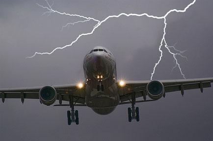 每架飞机都被闪电击中过? 机长来告诉你真相!