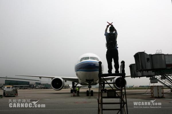 图:执行纽约首航任务的b777-300er型b2099号飞机停靠在白云国际机场