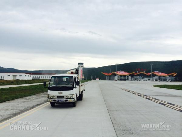 阿尔山机场开展喷药防鸟害工作