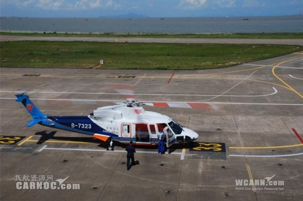 机务将执行搜救任务的急救直升机拖至指定停机位;14