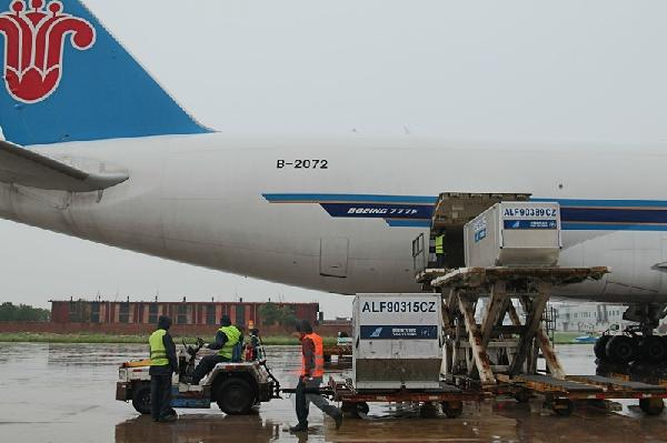 民航资源网2014年9月4日消息:9月2日14:40,南航一架波音777航班满载货物在细雨中缓缓降落在天津机场,标志着南航洛杉矶天津广州国际货运航线正式开通。作为南航地面操作代理部门货运公司精心准备,圆满完成首航货班保障任务。   当日下午,当南航CZ448航班进港停稳后,早已守候在机坪上的操作人员立即驾驶平台车,驶近飞机后准确对接飞机舱门。机坪上的装卸人员按照操作规程有条不紊地开展进港货物装载保障作业。经过各岗位人员通力配合16:00顺利完成南航首航航班保障任务。据统计,首班共保障进港货物约13吨。