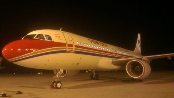 在教室��.�9�9b�9�*_图:2014年9月6日晚19点56分,b-1861飞机平稳降落在杭州机场.