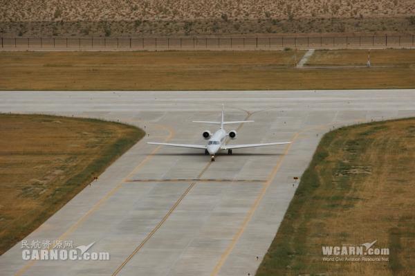 民航资源网2014年9月14日消息:9月13日中午11点18分,随着中国民航飞行校验中心的奖状B-9301号校验飞机平稳落地,标志着青海德令哈机场通航后首次飞行校验圆满完成。   校验中心B-9301号校验飞机于9月11日抵达德令哈机场,在历时两天共计8个多小时的时间里对德令哈机场仪表着陆系统/测距仪(ILS/DME)和全向信标/测距仪(DVOR/DME)等进行了飞行校验。紧张有序的校飞工作中,德令哈机场各部门及中航油德令哈供应站等通力协作、密切配合,圆满保障了此次飞行校验任务。   在接到校飞计划