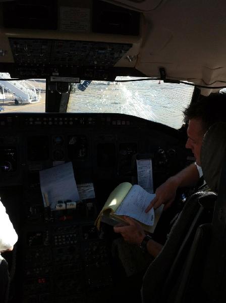 風擋破裂導致飛機緊急備降 機上無一人受傷