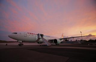 东航首架波音777-300ER客机,身披全新的东航标识、全新的飞机涂装。 (摄影:殷立勤)