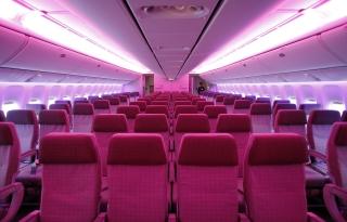 """东航777-300ER飞机经济舱采用""""3-4-3""""布局,258个座位,具备独立影音娱乐功能。 (摄影:殷立勤)"""