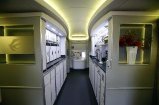 """东航777-300ER飞机""""厨房"""",配备的研磨式咖啡机、微波炉、电饭煲、烤面包机等均属业界首创或首次应用,为乘务员配制适合中外旅客不同口味餐食提供了条件。 (摄影:殷立勤)"""