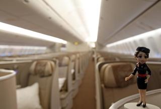 东航777-300ER飞机公务舱采用1-2-1排列布局,在长途飞行中十分方便走动,反鱼骨式座椅还可以让旅客180度全平躺。 (摄影:殷立勤)