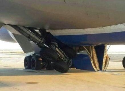 浦东机场一波音747落地起落架故障 机身倾斜