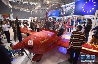 国内首架运动之星飞机参展西博会 受广泛关注