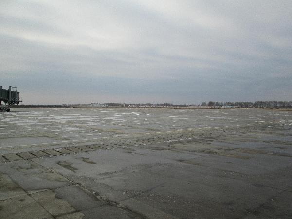 齐齐哈尔迎降雪 机场关闭至26日12点开放
