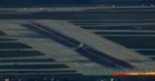 视频:客机在芝加哥机场降落时遇40英里大风