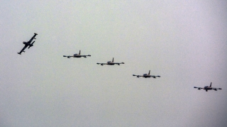 """阿联酋空军""""骑士""""飞行表演队则是首次参加中国航展,携带9架MB-339A教练机。MB-339A为双座串列教练/攻击机,具有良好的低空低速飞行性能和机动性能。据悉,""""骑士""""飞行表演队将上演在空中画出阿联酋国旗等飞行绝技。 (摄影:陈畅)"""