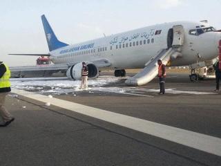 阿富汗一客机降落时主起落架坍塌 机身受损