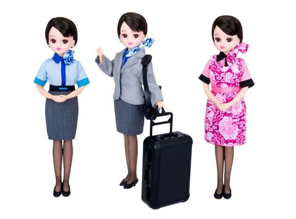 据日本媒体23日报道,全日本航空公司(ANA)将于本月25日发售身着客机乘务员新制服的丽佳娃娃。据悉,这一系列的空乘新制服将于2015年2月1日正式投入使用。   与以往藏青色不同,这次发布的新制服以浅灰色为基调,上衣的手腕部分和裙子的后面还特别加上了与公司标志颜色相同的深蓝色线条,整体上给人一种清爽、雅致又不乏新意的观感。新制服将于2015年起正式启用,而上一次更换还是在10年前的2005年。    图2:全日空的空姐身着新制服。   此次担任设计工作的是来自尼泊尔的知名服装设计师普拉巴高隆(