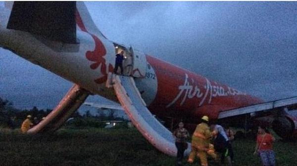 飞龙航空客机因天气原因在长滩机场冲出跑道