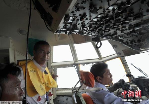 印尼总统亲自参与亚航失事航班搜救工作