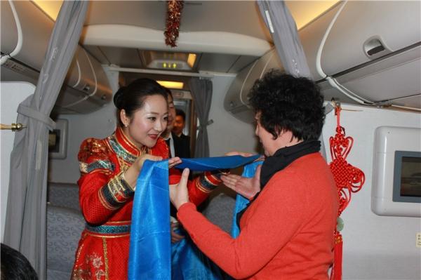 国航内蒙古一周年 空姐身着蒙古袍与旅客共庆祝