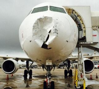 """巴西一客机爬升时遭冰雹袭击 机头严重""""破相"""""""