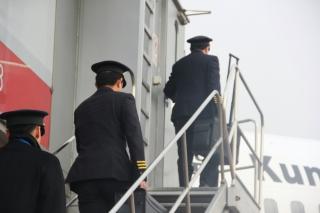 机长登上廊桥梯