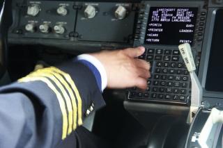 机长认真的对飞行计算机的设置