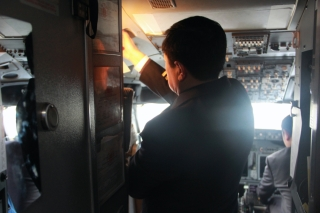 机长在飞机上仔细检查每一个仪器