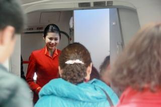 出生于1995年的空姐党琪,已经有近2年的空乘经历了,2015年春运第三天,她的飞行任务是上午10点30分从昆明飞往济南的KY8275次航班。在党琪的心中,春运就是让每一位与家人团聚的旅客能够安全舒适地回家。图为党琪微笑的迎接旅客登机
