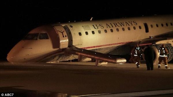 据美联社报道,美国当地时间周一晚间,全美航空公司(US Airways)1825航班在前起落架没有放下的情况下在乔治布什国际机场紧急降落,没有人员受重伤。   据FAA称,当时飞机的前起落架处于收上状态,飞行员在成功着陆之前进行了几次通场并与塔台进行联系,试图确认起落架是否已经放下。不幸的是,起落架确实没有放出。   这架Embraer 190飞机是从费城国际机场出发的,机上有53名乘客和4名机组成员。晚上9点30分,所有乘客成功地从滑梯撤出。只有一人轻伤送医。   美国国家运输安全委员会(NTSB)