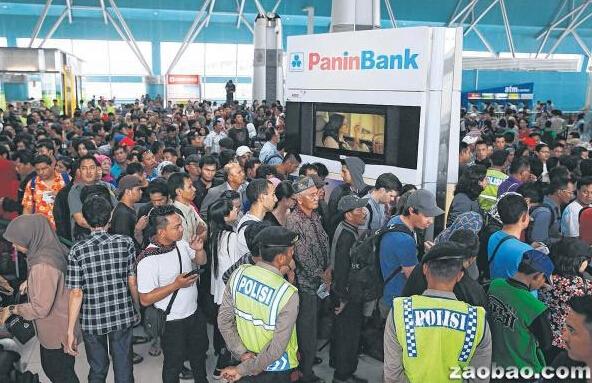 狮航连续两天取消16航班 印尼乘客大闹机场