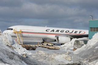 加拿大一757货机滑行中撞上机场建筑