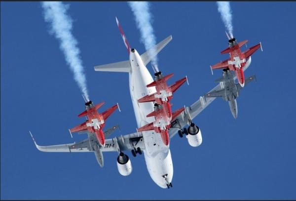 客机也要加特技!A320与6架战斗机雪山共舞