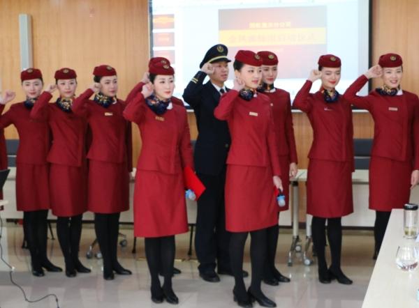 图:国航重庆分公司金凤姊妹组乘务员宣誓