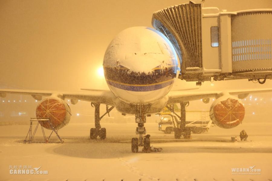 乌鲁木齐机场大雪-冯明远